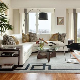 Idéer för funkis vardagsrum, med vita väggar och mellanmörkt trägolv