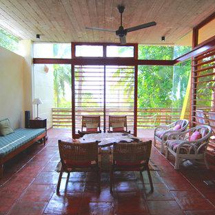 Idee per un grande soggiorno tropicale chiuso con pareti beige, pavimento con piastrelle in ceramica e pavimento rosso