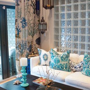 Kleines, Repräsentatives, Fernseherloses, Abgetrenntes Kolonialstil Wohnzimmer ohne Kamin mit weißer Wandfarbe und Teppichboden in Orlando