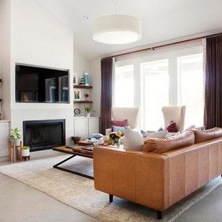 На фото: большая открытая гостиная комната в стиле современная классика с бетонным полом, фасадом камина из камня, мультимедийным центром, подвесным камином, серыми стенами и серым полом с