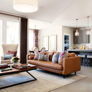 Esempio di un grande soggiorno chic aperto con pavimento in cemento, nessun camino e pareti grigie