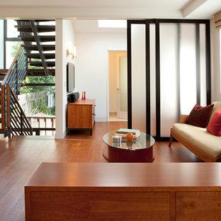 Cette photo montre un salon tendance avec un mur blanc.
