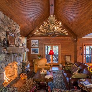 Foto på ett mellanstort rustikt allrum med öppen planlösning, med mellanmörkt trägolv, en standard öppen spis och en spiselkrans i sten