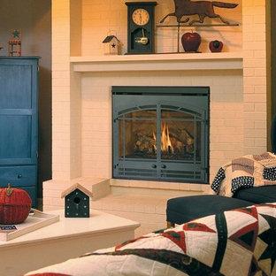 Immagine di un soggiorno stile americano di medie dimensioni e chiuso con pareti beige, moquette, camino classico e cornice del camino in mattoni