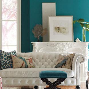 Mittelgroßes, Repräsentatives, Fernseherloses, Abgetrenntes Maritimes Wohnzimmer mit blauer Wandfarbe, hellem Holzboden, Kamin, verputzter Kaminumrandung und beigem Boden in Charleston