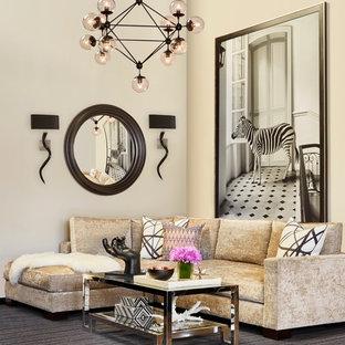 Modelo de salón cerrado, minimalista, grande, con paredes beige, moqueta y suelo gris
