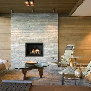 Mittelgroßes, Repräsentatives, Fernseherloses, Offenes Modernes Wohnzimmer mit brauner Wandfarbe, Kamin, Kaminumrandung aus Stein und braunem Boden in Seattle
