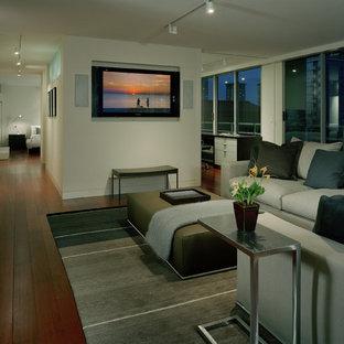 Modernes Wohnzimmer mit weißer Wandfarbe und Multimediawand in Seattle