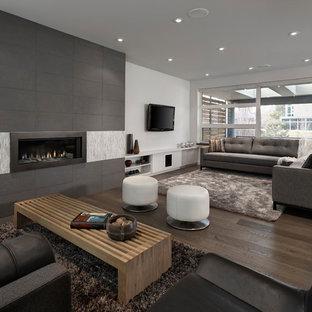 Geräumiges Modernes Wohnzimmer mit weißer Wandfarbe und Gaskamin in Edmonton