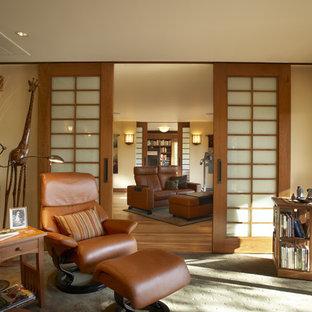 Aménagement d'un salon asiatique fermé avec un mur beige.
