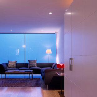 ロンドンの大きい地中海スタイルのおしゃれなLDK (フォーマル、白い壁、無垢フローリング) の写真