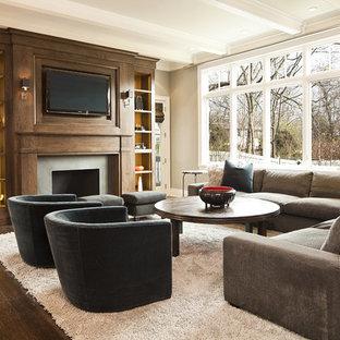 Imagen de salón clásico con chimenea tradicional y pared multimedia