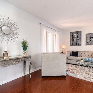 Foto di un soggiorno tradizionale di medie dimensioni e aperto con sala formale, pareti grigie, parquet scuro, nessun camino, nessuna TV e pavimento rosso