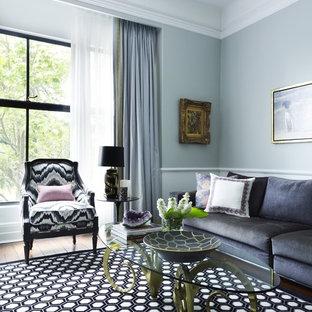 Inspiration pour un salon traditionnel avec un mur bleu.