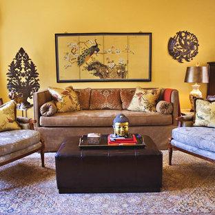 サンフランシスコのトラディショナルスタイルのおしゃれなリビング (黄色い壁) の写真