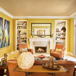 Idee per un soggiorno chic chiuso con pareti gialle, camino classico e nessuna TV