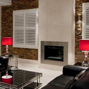 Modelo de salón para visitas cerrado, minimalista, de tamaño medio, con paredes marrones, suelo de mármol, chimenea tradicional, marco de chimenea de baldosas y/o azulejos y suelo blanco