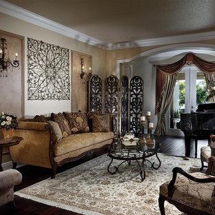 Immagine di un soggiorno vittoriano con sala della musica e pareti beige