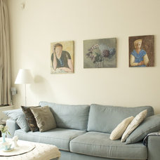 Eclectic Living Room by Iris