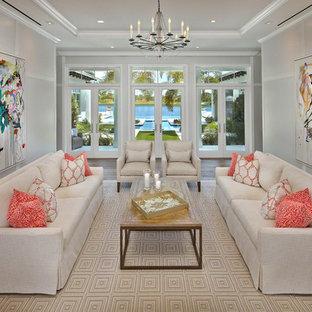 Inspiration för klassiska vardagsrum, med vita väggar, mellanmörkt trägolv och lila golv