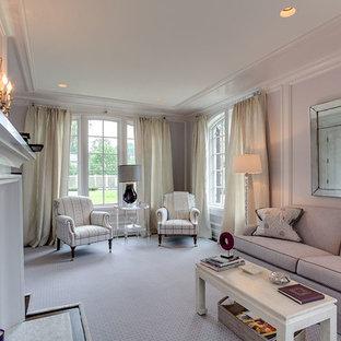 他の地域の中サイズのトラディショナルスタイルのおしゃれな独立型リビング (カーペット敷き、標準型暖炉、紫の壁、タイルの暖炉まわり、テレビなし、白い床) の写真