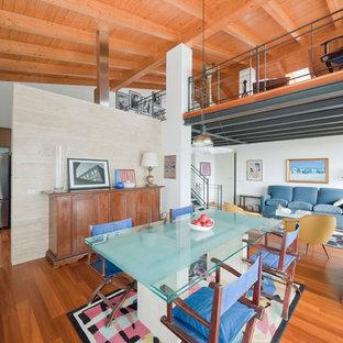 Aménagement d'un grand salon mansardé ou avec mezzanine moderne avec une salle de réception, un mur blanc, un sol en bois brun et aucun téléviseur.