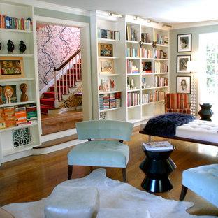 Idee per un soggiorno boho chic con libreria, pareti blu e parete attrezzata