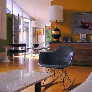 オレンジカウンティのミッドセンチュリースタイルのおしゃれなリビング (オレンジの壁、オレンジの床) の写真