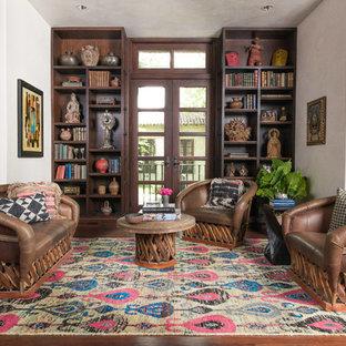 Immagine di un soggiorno mediterraneo aperto con pareti bianche e pavimento in legno massello medio