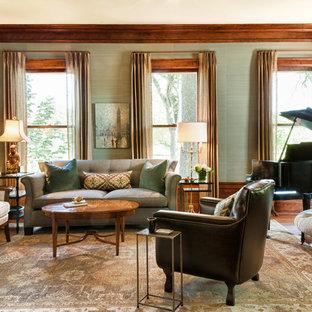 Ispirazione per un soggiorno chic di medie dimensioni e chiuso con sala della musica, pareti verdi, pavimento in legno massello medio, pavimento marrone e carta da parati