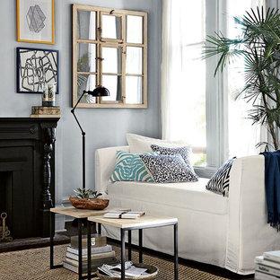 Foto di un piccolo soggiorno tradizionale chiuso con pareti blu, parquet scuro, camino classico e cornice del camino in legno