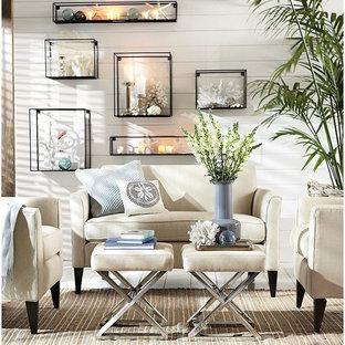 Esempio di un piccolo soggiorno stile marinaro aperto con pareti bianche e pavimento in legno verniciato