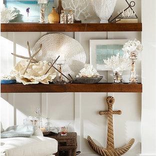 サクラメントの中くらいのビーチスタイルのおしゃれなLDK (白い壁、淡色無垢フローリング) の写真