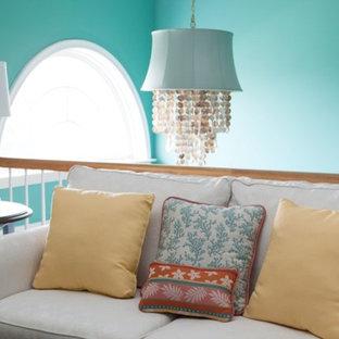 ワシントンD.C.の小さいトロピカルスタイルのおしゃれなリビングロフト (青い壁、淡色無垢フローリング、暖炉なし、茶色い床) の写真