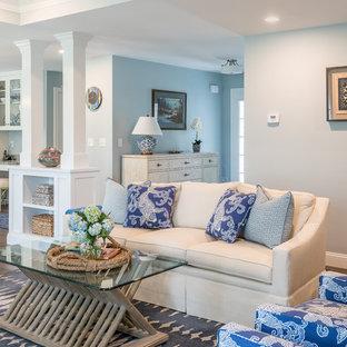 Modelo de salón abierto, marinero, grande, con paredes azules y suelo de madera oscura