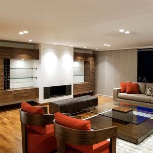 Foto de salón para visitas abierto, moderno, grande, con paredes blancas, suelo de contrachapado, chimenea tradicional y suelo marrón