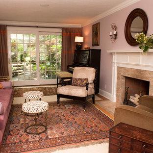 Idee per un piccolo soggiorno con sala della musica, pareti viola, pavimento in legno massello medio, camino classico e cornice del camino in pietra