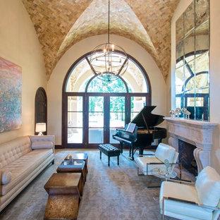 Пример оригинального дизайна: большая парадная, изолированная гостиная комната в средиземноморском стиле с бежевыми стенами, стандартным камином, полом из линолеума, фасадом камина из камня и коричневым полом без ТВ