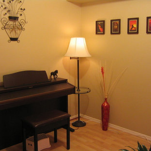 Foto di un soggiorno boho chic aperto con pareti arancioni, parquet chiaro e camino ad angolo