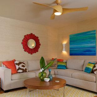Diseño de salón abierto, tropical, de tamaño medio, con paredes beige