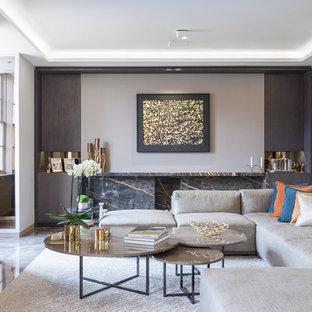 Ispirazione per un ampio soggiorno design aperto con sala formale, pareti grigie, pavimento in marmo, cornice del camino in pietra e TV a parete