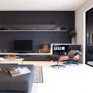 Ejemplo de salón actual con paredes negras y televisor independiente