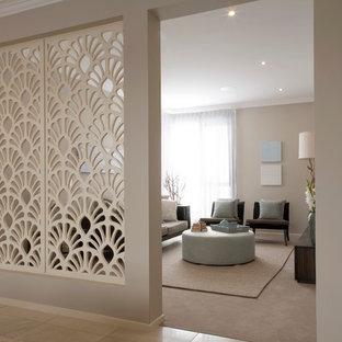 Réalisation d'un salon design de taille moyenne et fermé avec un mur beige.