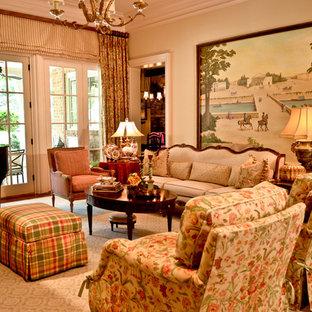 Idee per un grande soggiorno chic chiuso con sala della musica, pareti beige, pavimento in legno massello medio, nessun camino e nessuna TV