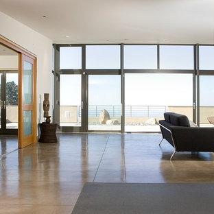 Foto de salón abierto, contemporáneo, grande, con suelo de cemento y paredes blancas