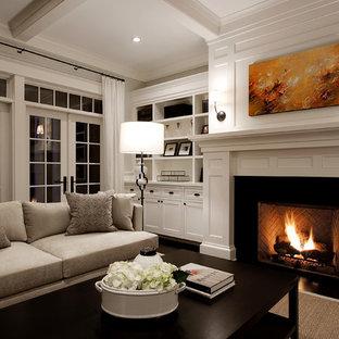 Immagine di un grande soggiorno tradizionale con pareti bianche e camino classico