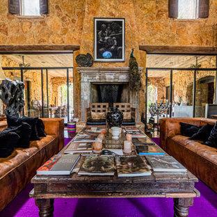 Immagine di un ampio soggiorno stile americano chiuso con sala formale, pavimento in sughero, camino classico, cornice del camino in pietra ricostruita, pavimento marrone e travi a vista