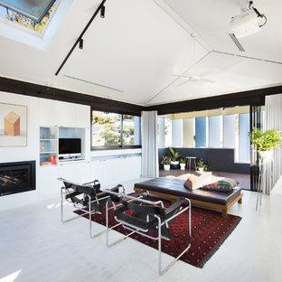 パースの中サイズのビーチスタイルのおしゃれな独立型リビング (フォーマル、白い壁、合板フローリング、標準型暖炉、漆喰の暖炉まわり、埋込式メディアウォール、白い床) の写真