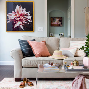 Inredning av ett klassiskt stort allrum med öppen planlösning, med ett finrum, grå väggar, mörkt trägolv och rosa golv