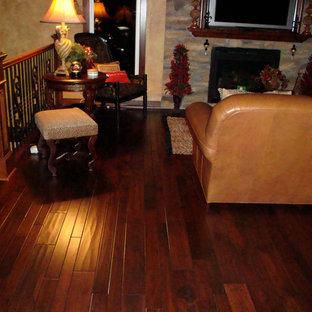 Wohnzimmer mit dunklem Holzboden in Wichita